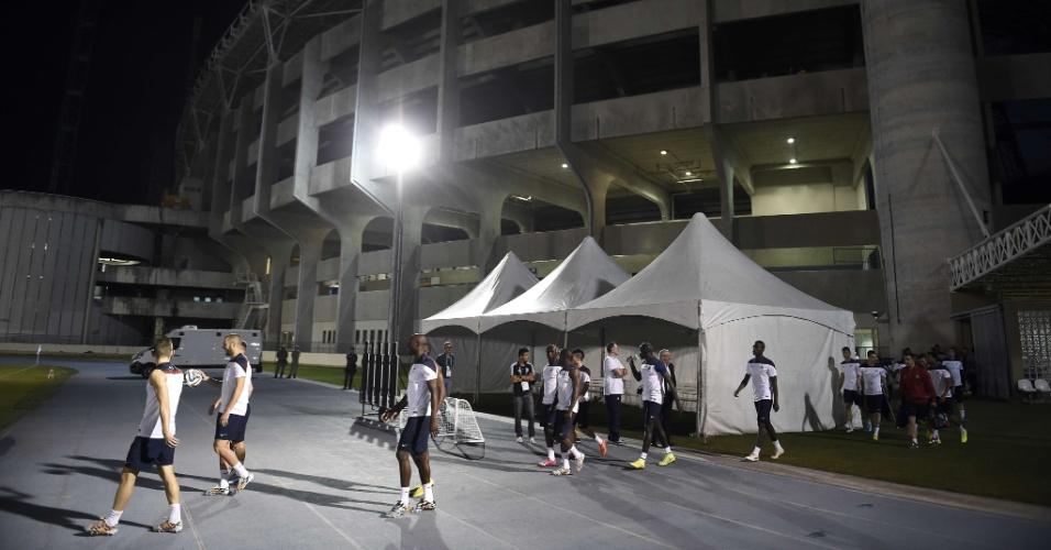 Jogadores da seleção da França chegam ao Engenhão para mais um treino. Equipe encara o Equador nesta quarta-feira, no Maracanã