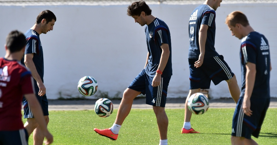 Jogadores da seleção da Rússia brincam com a bola durante treinamento da equipe em Itu