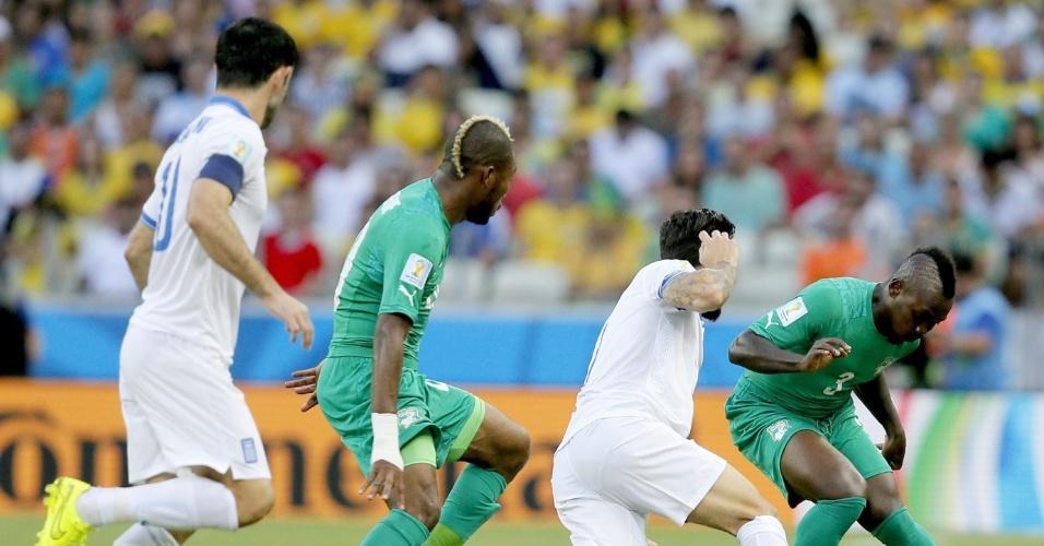 Jogadores de Grécia e Costa do Marfim protagonizam forte disputa de bola