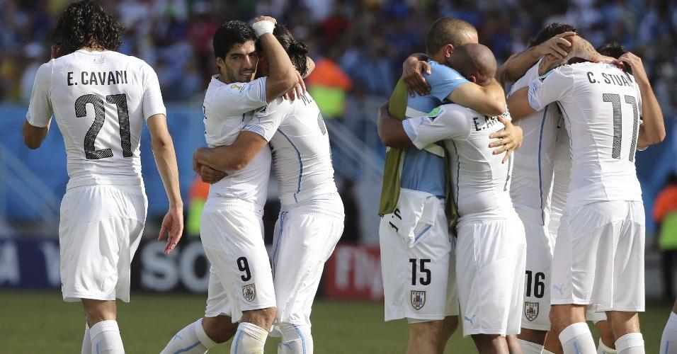 Jogadores do Uruguai celebram vitória sobre a Itália na Arena das Dunas