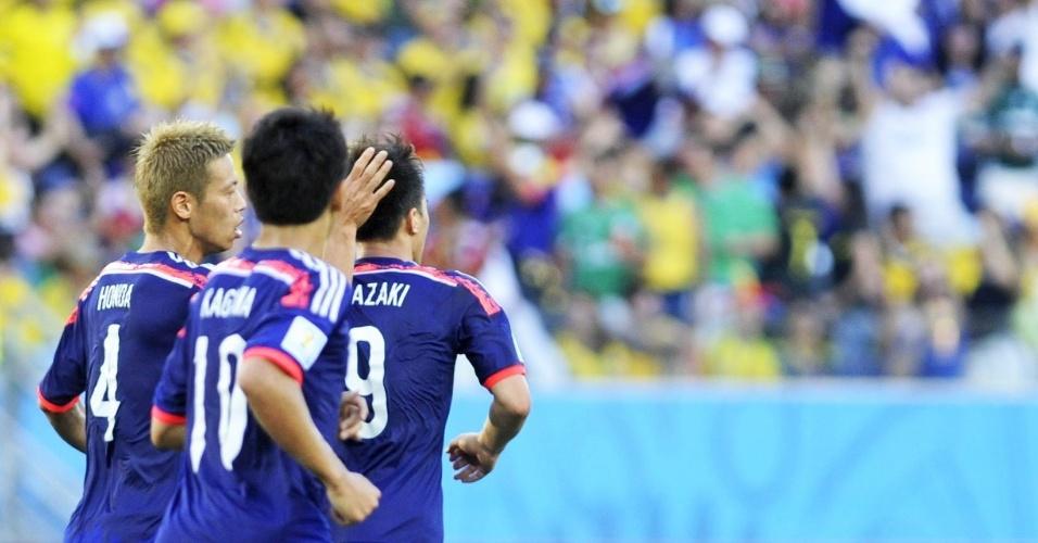 24.jun.2014 - Jogadores japoneses comemoram após o empate no último minuto do primeiro tempo contra a Colômbia, na Arena Pantanal