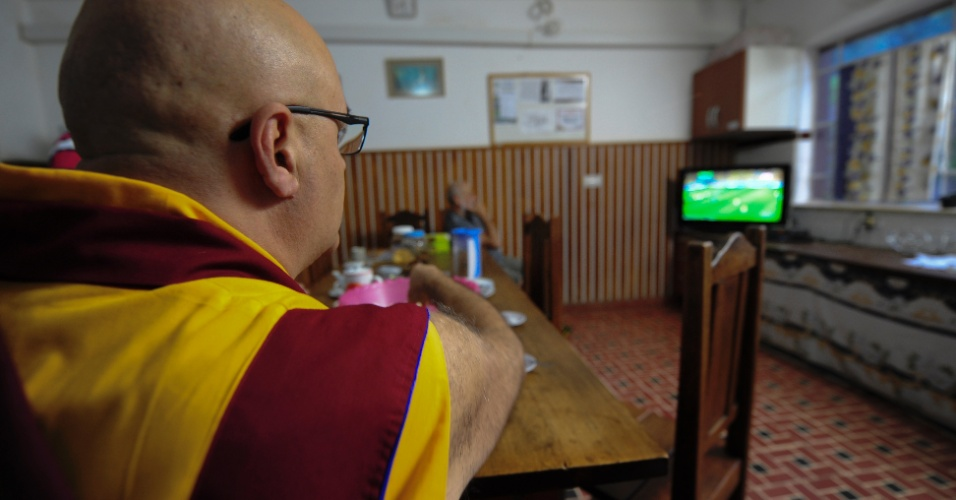 Monge budista acompanha jogo da seleção em mosteiro de Cabreúva, no interior de São Paulo