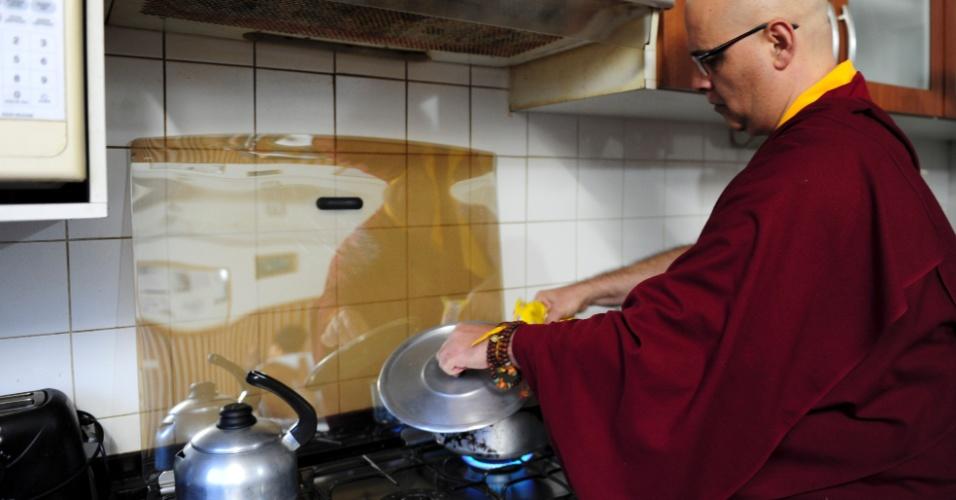 Lama Rinchen prepara pipoca com tempero de pimenta para a torcida - uma dica de chefes vindos do Nepal