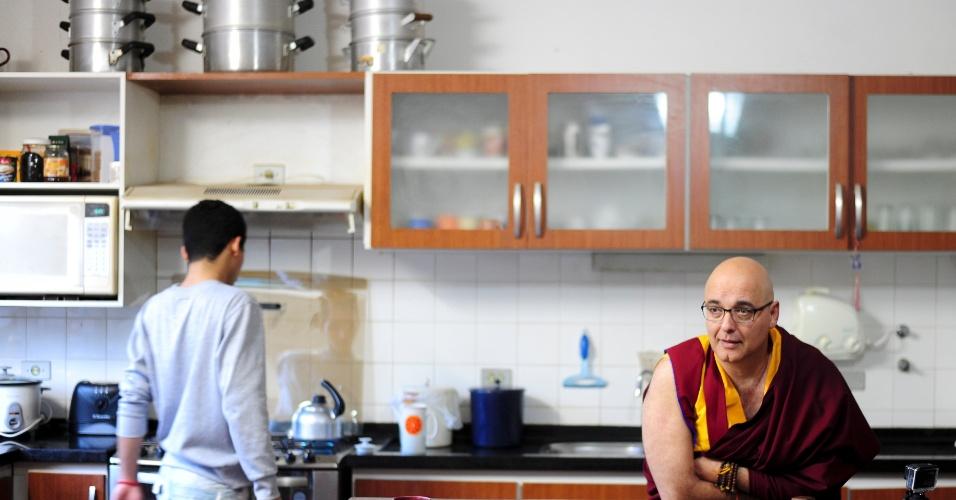 Moradores de mosteiro tibetano em Cabreúva se reúnem na cozinha para acompanhar jogo da seleção na Copa