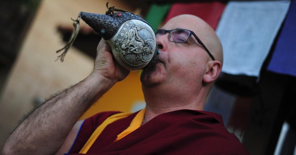 Lama Rinchen emite som com instrumento tradicional em mosteiro budista tibetano de Cabreúva