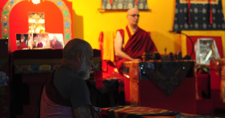 Lama Rinchen medita antes da partida entre Brasil e Camarões na última segunda-feira