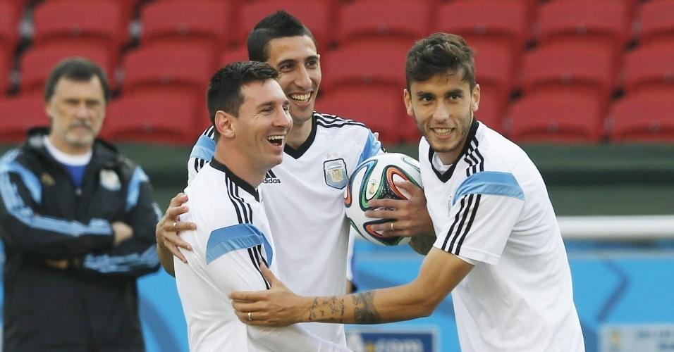 Lionel Messi, Sergio Aguero e Ricardo Alvarez brincam durante treino da Argentina no Beira-Rio, palco do jogo contra a Nigéria, nesta quarta-feira