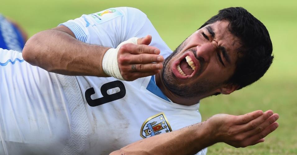 Luis Suarez, do Uruguai, reage após sofrer falta em partida contra a Itália na Arena das Dunas