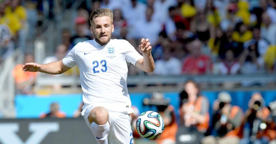 Luke Shaw salta para fugir do carrinho de Yeltsin Tejeda no jogo entre Inglaterra e Costa Rica