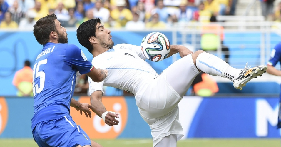 Marcado por Andrea Barzagli, Luis Suárez tenta dominar a bola - 24/04/2014