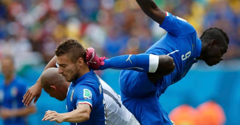 Mario Balotelli, da Itália, acerta companheiro de equipe Ciro Immobile após disputa de bola com Arevalo Rios, do Uruguai, em partida em Natal
