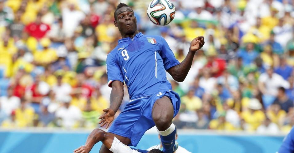 Mario Balotelli, da Itália, pula para matar bola no peito, mas acerta Alvaro Pereira, do Uruguai