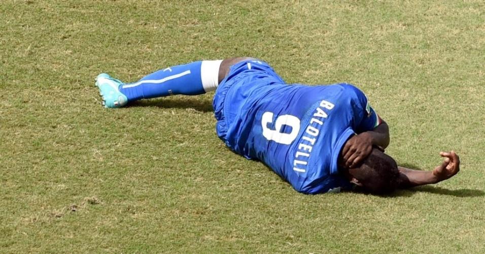 Mario Balotelli fica caído no gramado da Arena das Dunas - 24/06/2014