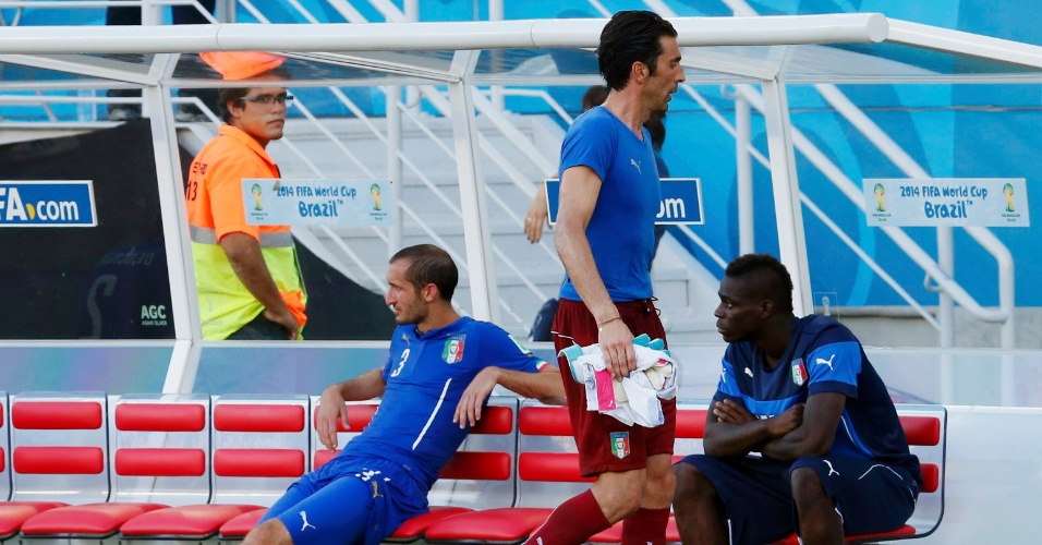 Mario Balotelli reage após desclassificação da Itália ante o Uruguai na Copa
