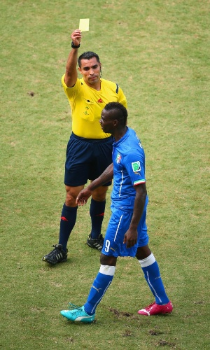 Mario Balotelli recebe cartão amarelo do árbitro Marco Rodriguez - 24/06/2014