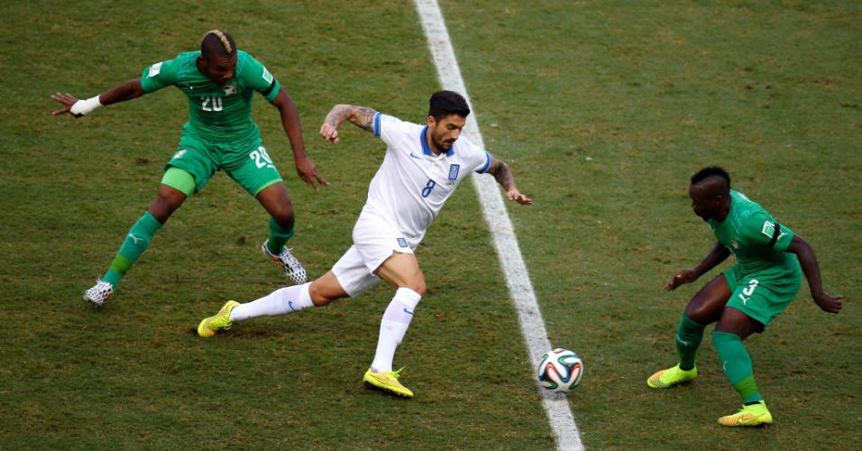 Meia da Grécia, Kone tenta passar de marcação de dois jogadores da Costa do Marfim