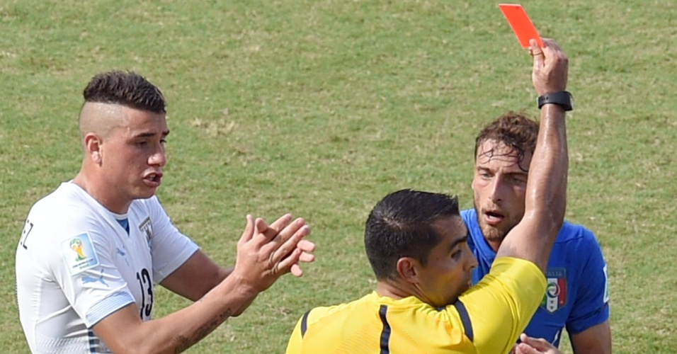 Meia italiano Claudio Marchisio é expulso da partida contra o Uruguai - 24/06/2014