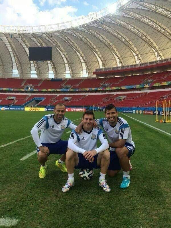 Mascherano (esq.) e Aguero (dir.) tiram foto ao lado do aniversariante Lionel Messi, durante treino no Beira-Rio