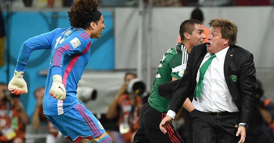 Miguel Herrera comemora gol do México contra a Croácia. Sua empolgação à beira de campo virou até meme