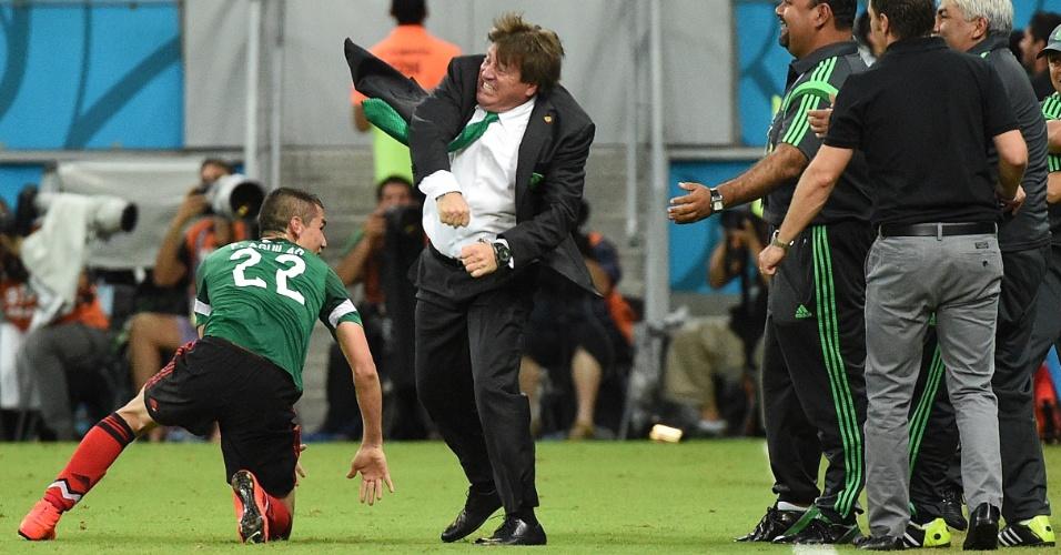 Miguel Herrera comemora mais um gol mexicano, para variar se empolgando na comemoração - o que o fez virar meme e bombar na internet. E o que o Aguilar está fazendo ali no chão?