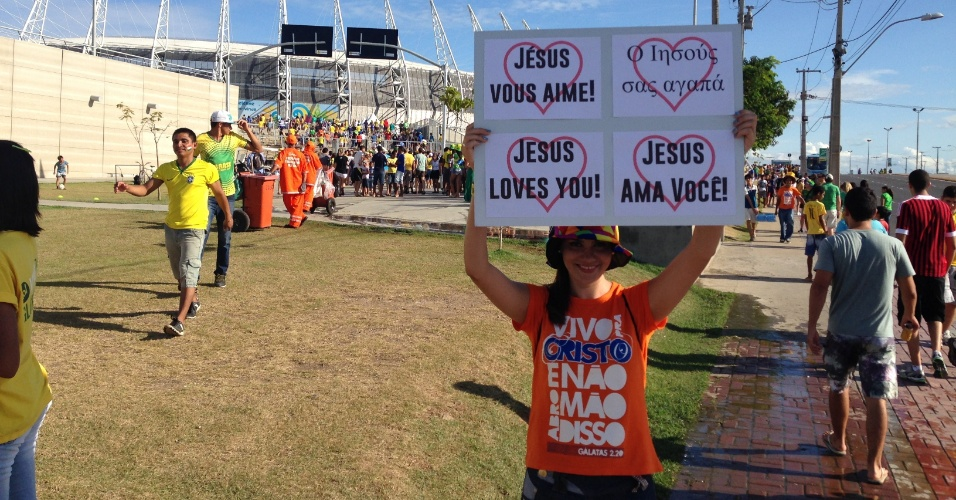 Mulher aproveita grande movimentação de torcedores para divulgar mensagem religiosa em frente ao Castelão