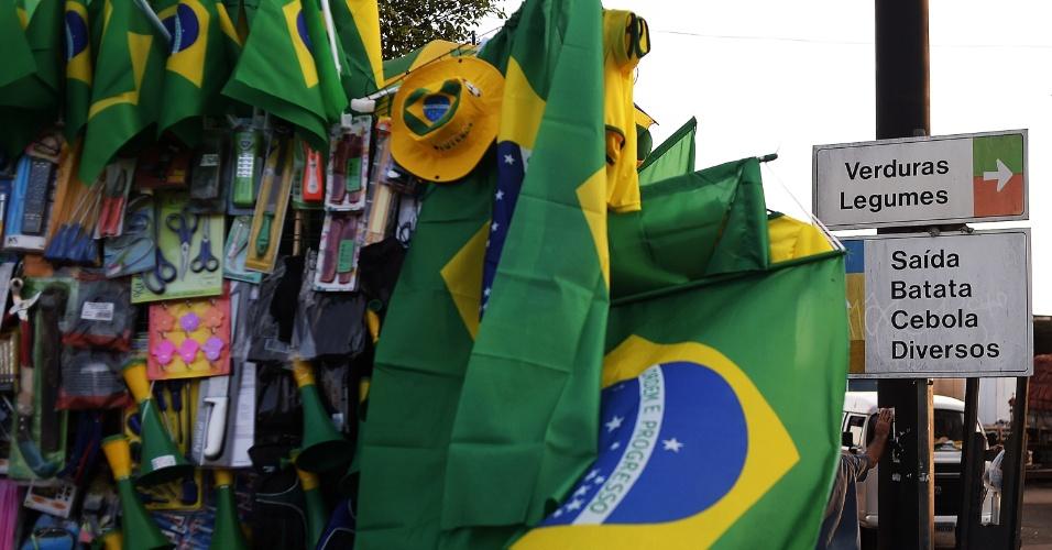 Na Ceagesp (Companhia de Entrepostos e Armazéns Gerais de São Paulo), maior entreposto de alimentos da América Latina, o jogo do Brasil contra Camarões foi lembrado nas decorações ao longo do dia