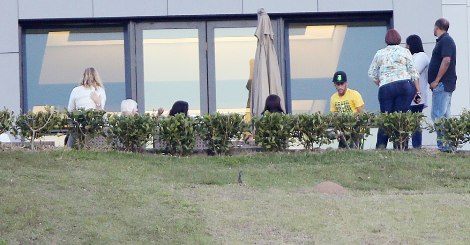 Neymar aparece conversando durante a folga da seleção brasileira na Granja Comary