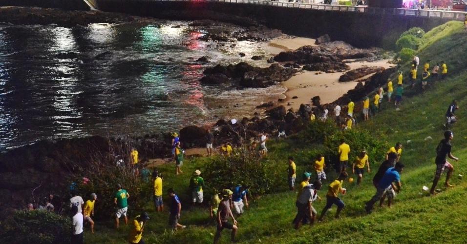 No intervalo do jogo entre Brasil e Camarões, praia da Barra foi dominada pelos mijões