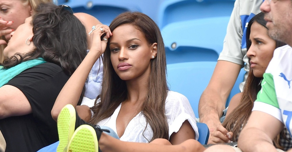 Noiva de Mario Balotelli, modelo Fanny Neguesha aguarda início de partida entre Itália e Uruguai, na Arena da Dunas
