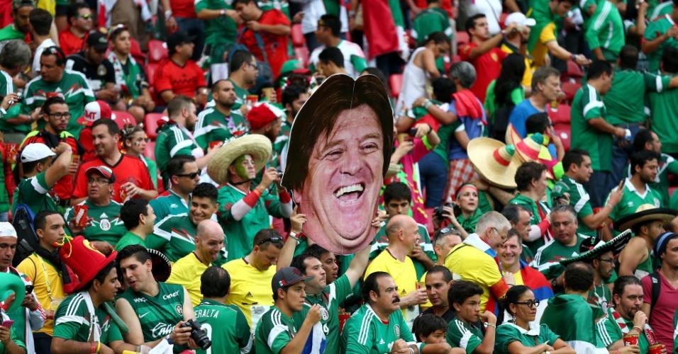 O sucesso é tanto, que o técnico mexicano está presente na festa mexicana nas arquibancadasf