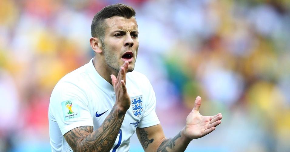 O tatuado inglês Jack Wilshere tenta encorajar seus companheiros de time na partida contra a Costa Rica