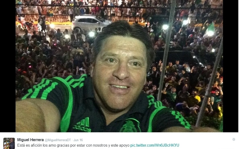 """Outra """"área de atuação"""" em que o técnico mexicano se destaca é o Twitter. Ele é fã das selfies e não deixa de postar com seu time, com o presidente do México ou com a torcida"""