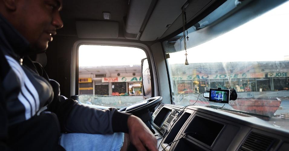 Para os trabalhadores do transporte, que não poderiam ficar em um ponto fixo, valeu a opção de um aparelho GPS com sinal de TV digital para ver o jogo