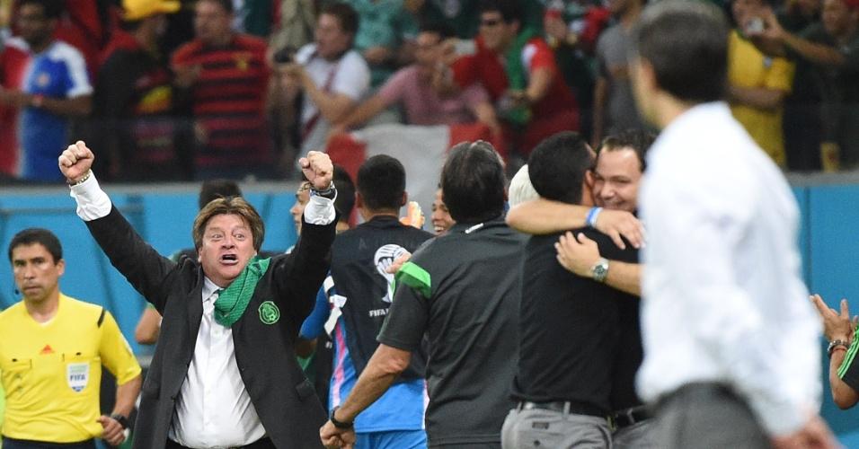"""""""Pega essa!"""". Miguel Herrera comemora mais um gol mexicano, para variar se empolgando na comemoração e mirando o técnico da Croácia. Provocou?"""