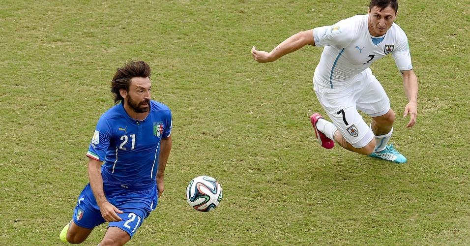 Pirlo escapa da marcação do uruguaioCristian Rodriguez - 24/06/14