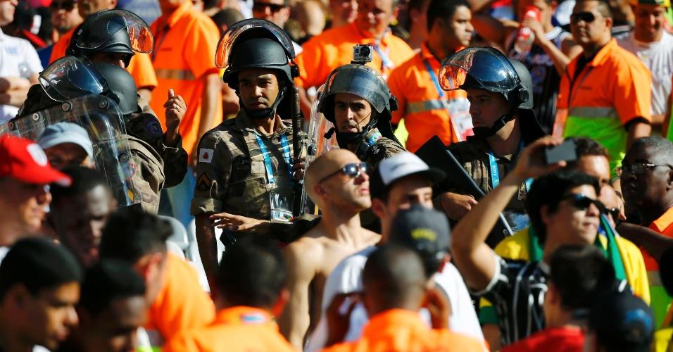 Polícia entra em ação na arquibancada do Mineirão; confusão entre brasileiros e ingleses aos 40min do segundo tempo levou a empurrões
