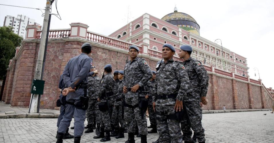 Policiais militares fazem patrulhamento em frente ao Theatro Amazonas. Torcida tem se concentrado no Largo São Sebastião para assistir aos jogos da Copa