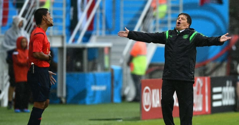 """""""Poooxa, professor"""". Miguel Herrera reclama com a arbitragem no jogo entre México e Camarões"""