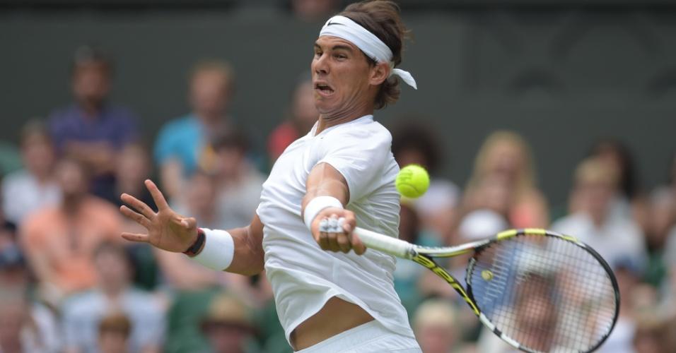 Rafael Nadal acerta bola durante jogo contra o eslovaco Martin klizan, em Wimbledon