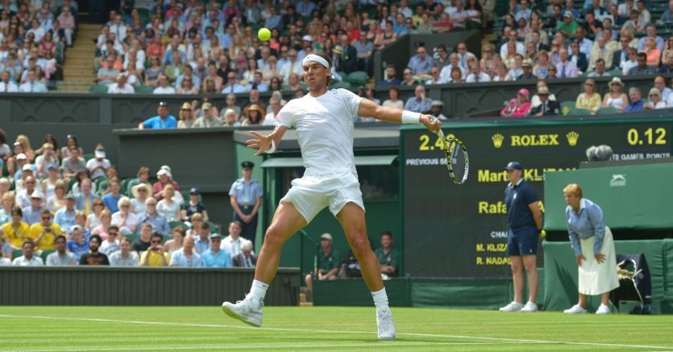 Rafael Nadal ataca a bola durante jogo contra Martin Klizan, em Wimbledon