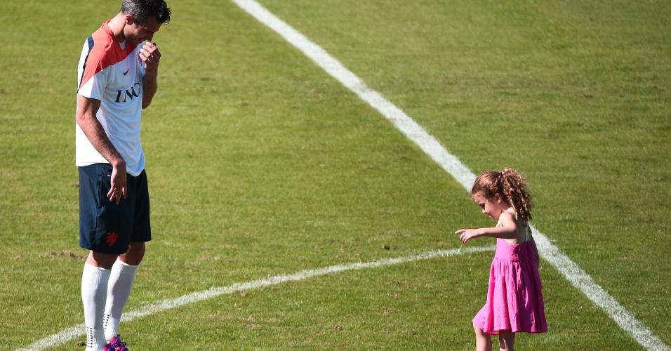 Robin van Persie brinca com sua filha durante treinamento da seleção holandesa no Rio de Janeiro