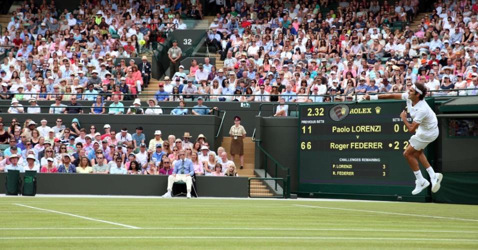 Roger Feder faz jogada de efeito durante partida contra o italiano Paolo Lorenzi, em Wimbledon