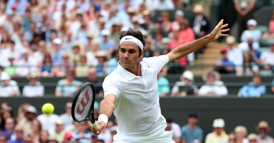 Roger Federer voleia durante partida contra o italiano Paolo Lorenzi, em Wimbledon