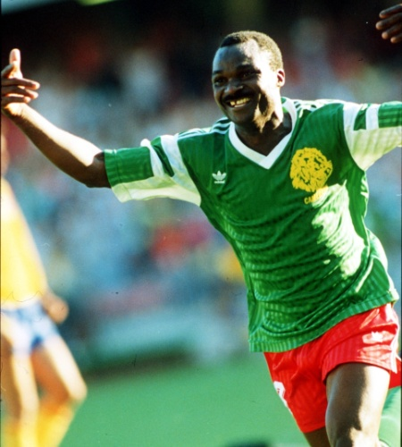 Roger Milla classificou Camarões em um jogaço alternativo contra a Colômbia em 1990, com direito a Higuita saindo do gol e perdendo a bola na prorrogação