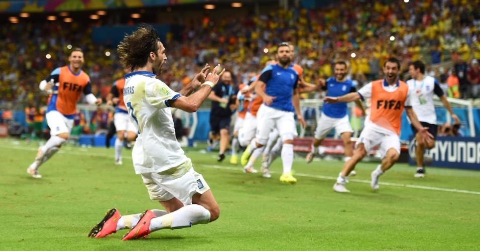 Samaras vibra após marcar de pênalti o que gol que deu a classificação da Grécia para as oitavas da Copa