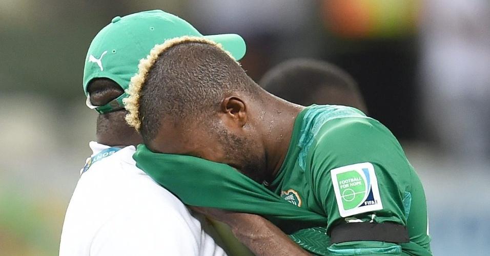 Serey Die leva as mãos ao rosto após a Costa do Marfim perder para a Grécia e ser eliminada da Copa do Mundo