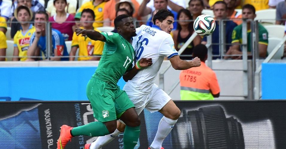Serge Aurier, da Costa do Marfim, e Lazaros Christodoulopoulos, da Grécia, disputam bola em jogo no Castelão