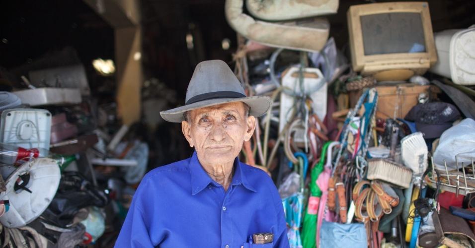"""SEU LUNGA """"O HOMEM MAIS IGNORANTE DO BRASIL"""" - Joaquim dos Santos Rodrigues, mais conhecido como Seu Lunga, é poeta e vendedor de sucata em Juazeiro do Norte, porém sua fama é por ser considerado """"o homem mais ignorante do Brasil?, ao qual são atribuídas diversas piadas sobre seu temperamento, criando um personagem do folclore nordestino"""