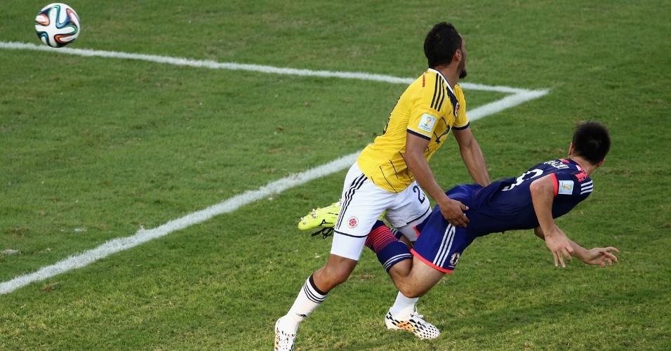 24.jun.2014 - Shinji Okazaki, do Japão, desvia a bola de cabeça e empata o jogo contra a Colômbia, na Arena Pantanal