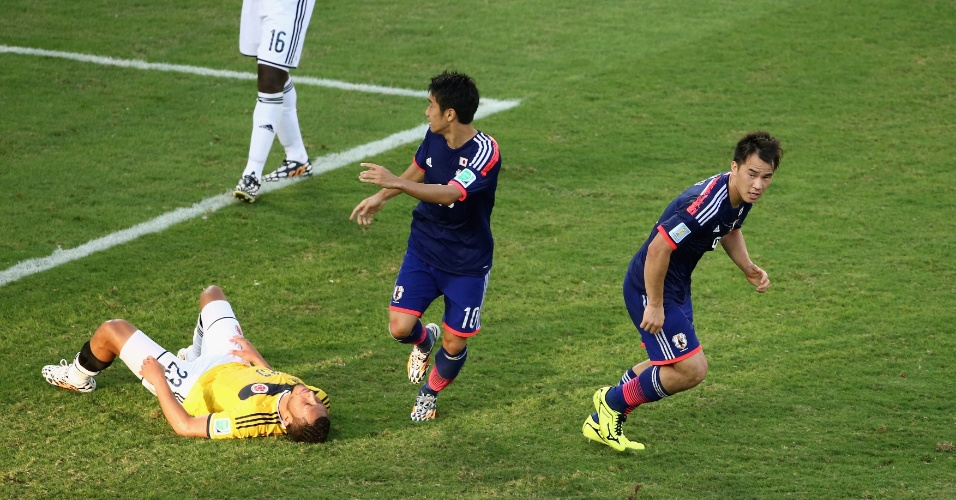 Shinji Okazaki sai para comemorar após empatar para o Japão contra a Colômbia, na Arena Pantanal
